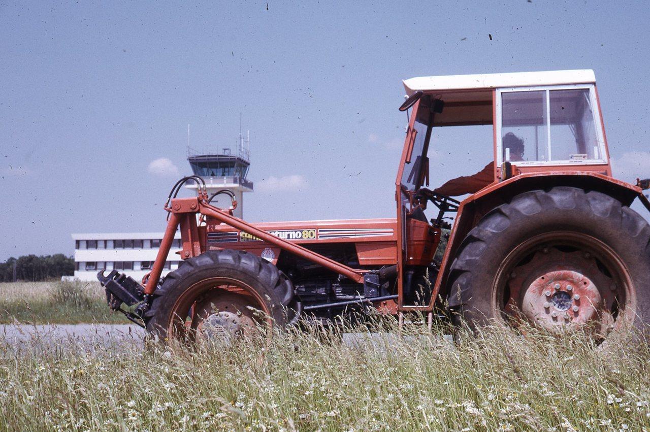 [SAME] trattore Saturno 80 durante lavori di giardinaggio in una aviosuperficie