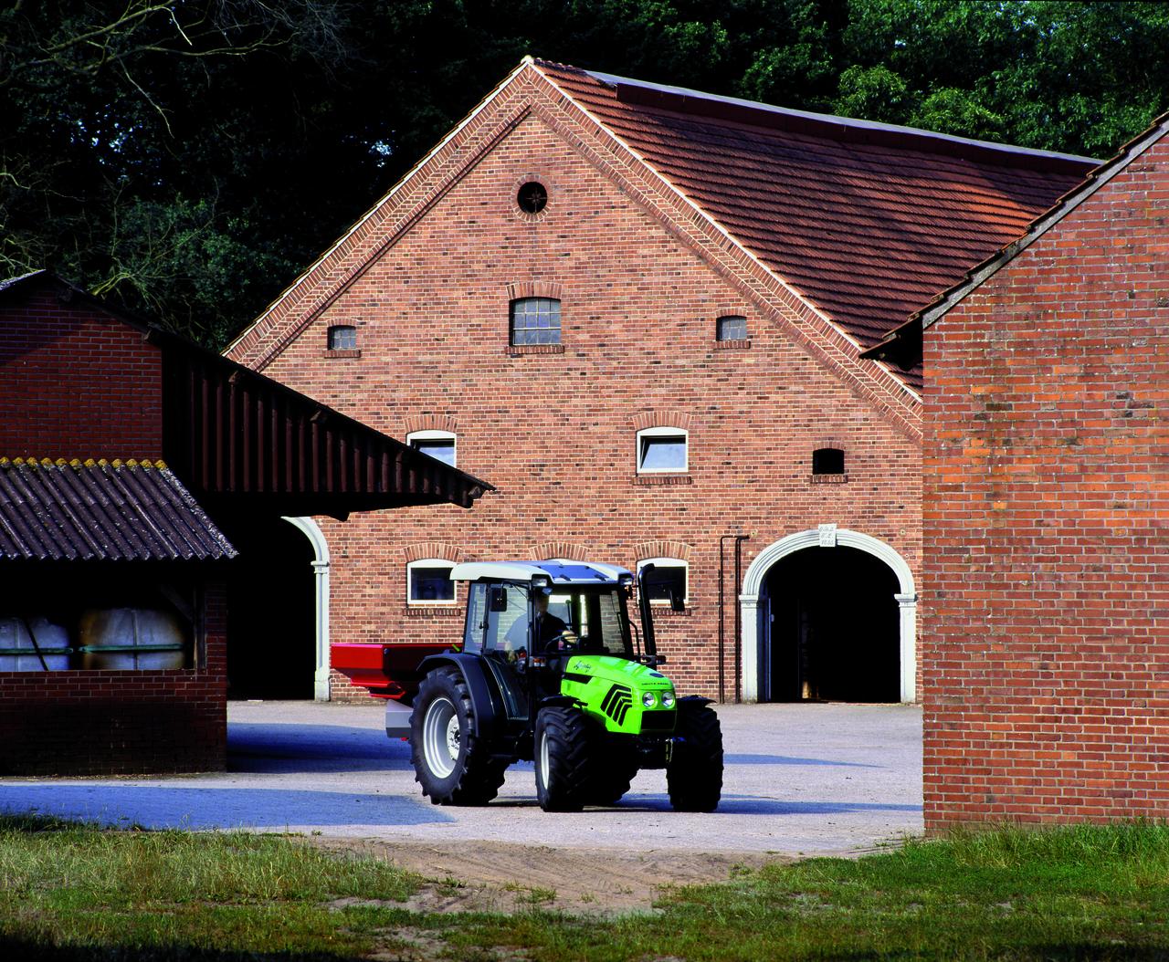 [Deutz-Fahr] trattore Agroplus 77 con spandiconcime in azienda