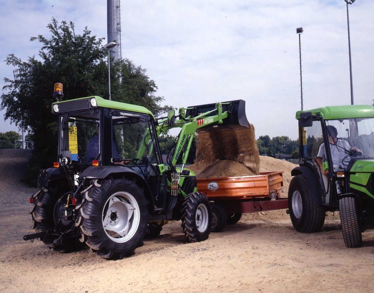 [Deutz-Fahr] trattore Agrokid 25-34-45 al lavoro con pala caricatrice e rimorchio