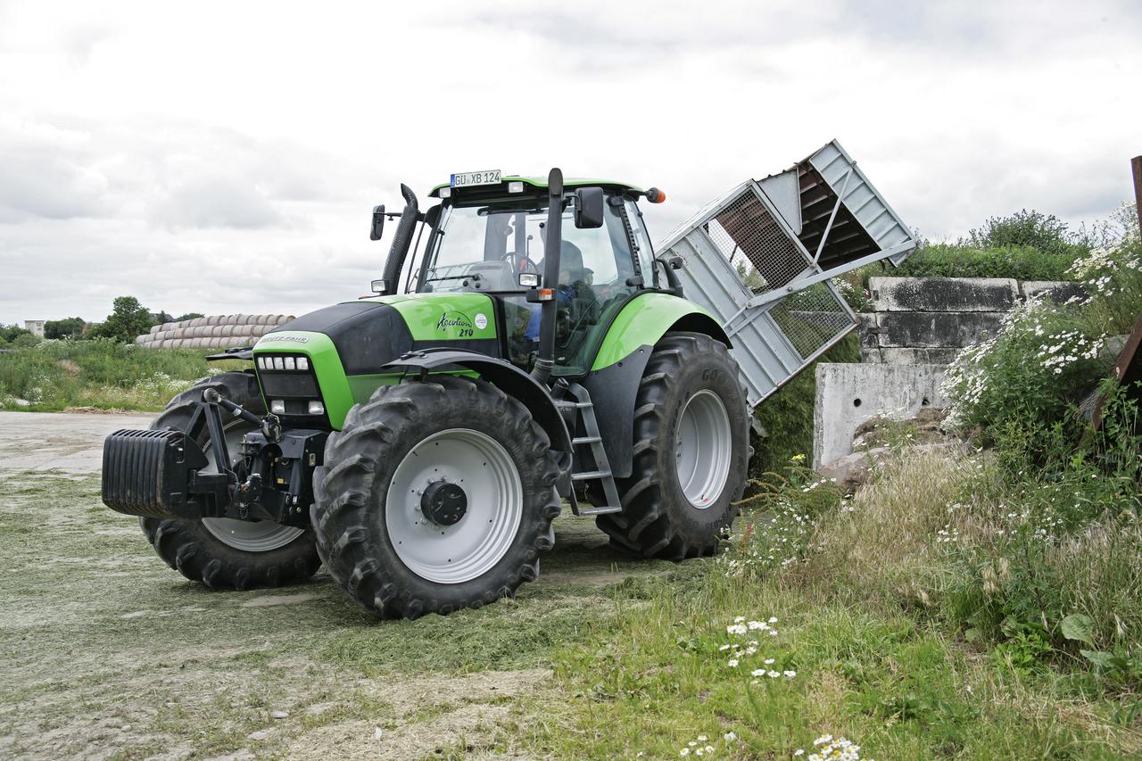 [Deutz-Fahr] trattore Agrotron 210 al lavoro con rimorchio durante lavori di fienagione
