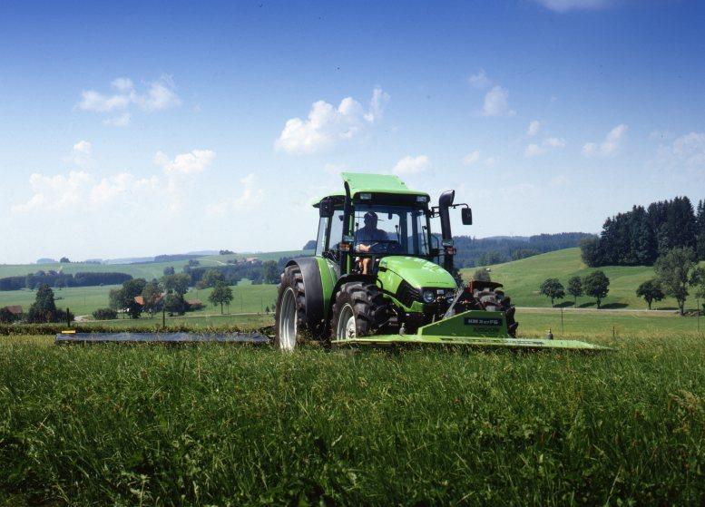 [Deutz-Fahr] trattore Agrotron 150 al lavoro con falciatrice
