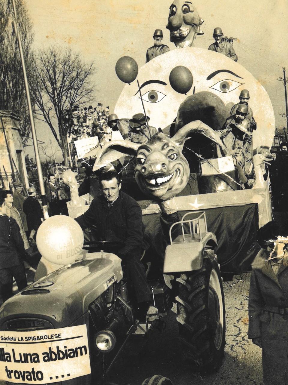 Trattore SAME Puledro B che traina un carro del Carnevale di Busseto (PR)