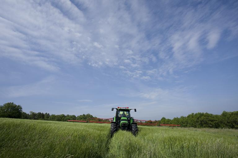 [Deutz-Fahr] trattore Agrotron K 110 al lavoro con irroratrice