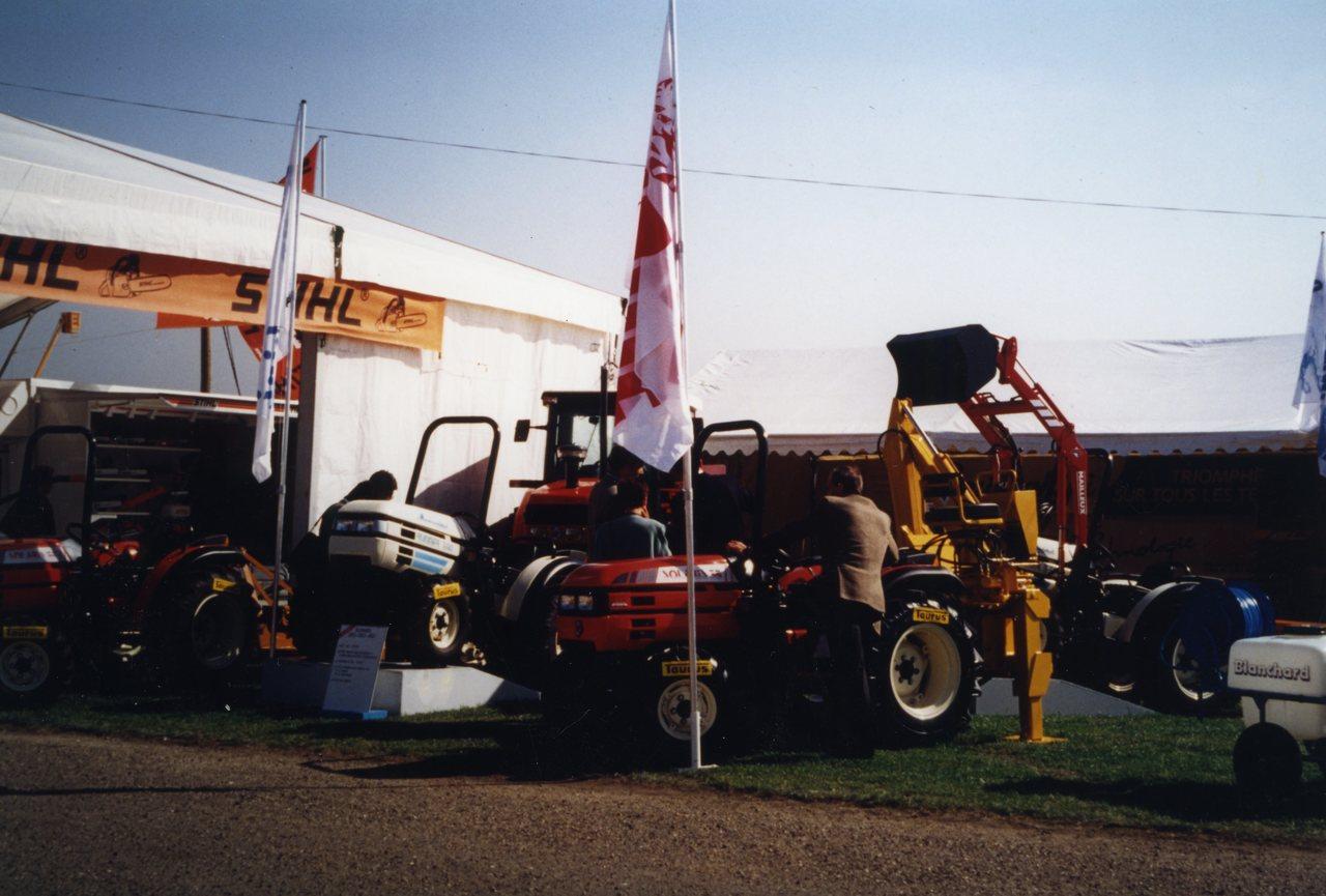 Esposizione di trattori ad una manifestazione in campo