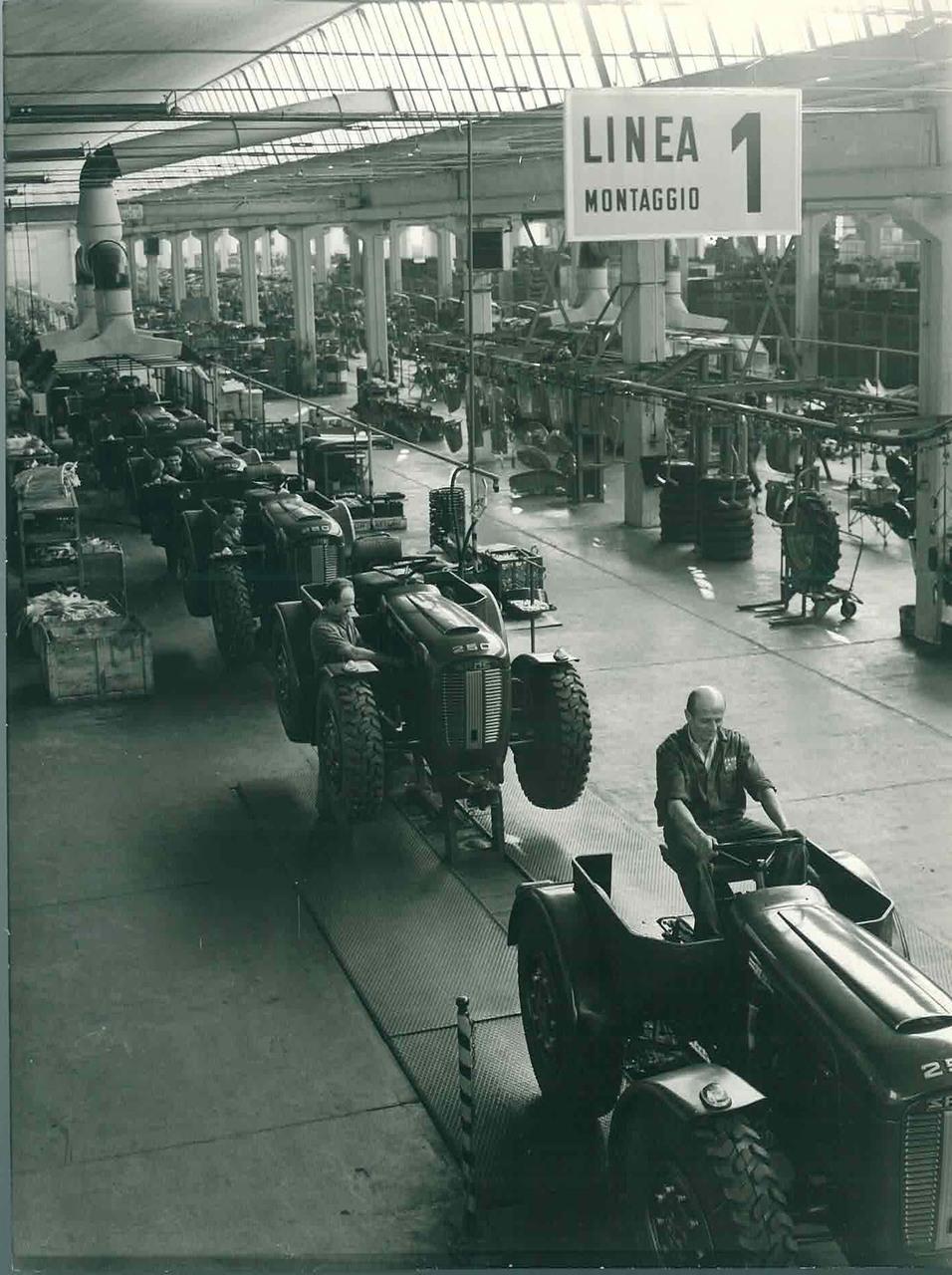 Stabilimento Same Line 1 di montaggio trattori. In primo piano il trattore SAME 250 serie automazione versione militare