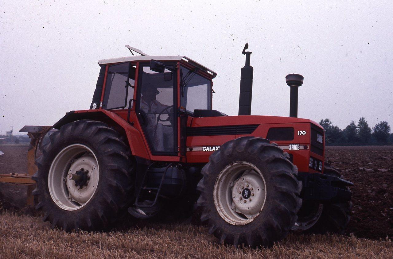 [SAME] trattore Galaxy 170 al lavoro con aratro