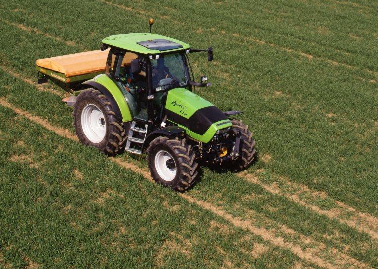 [Deutz-Fahr] trattore Agrotron K 100 al lavoro con spandiconcime