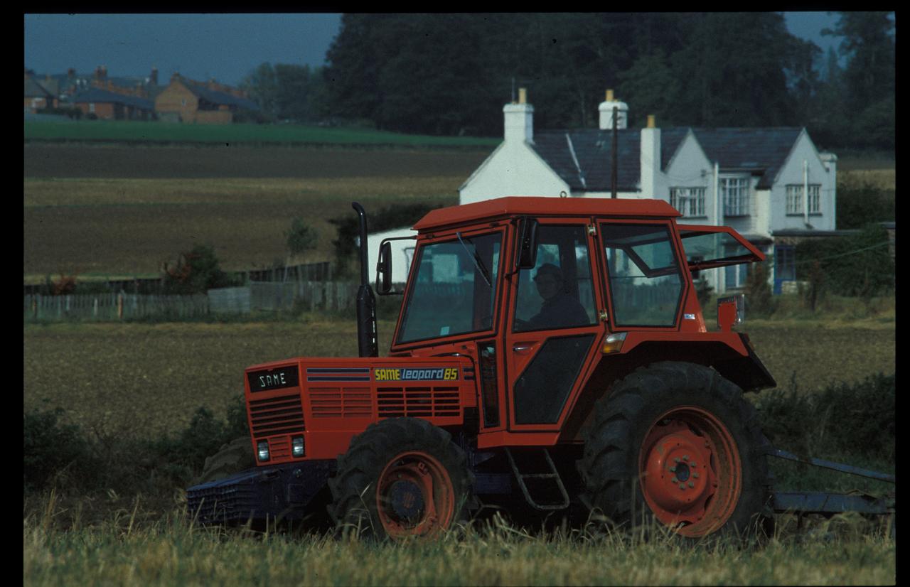 [SAME] trattore Leopard 85 al lavoro nella campagna scozzese