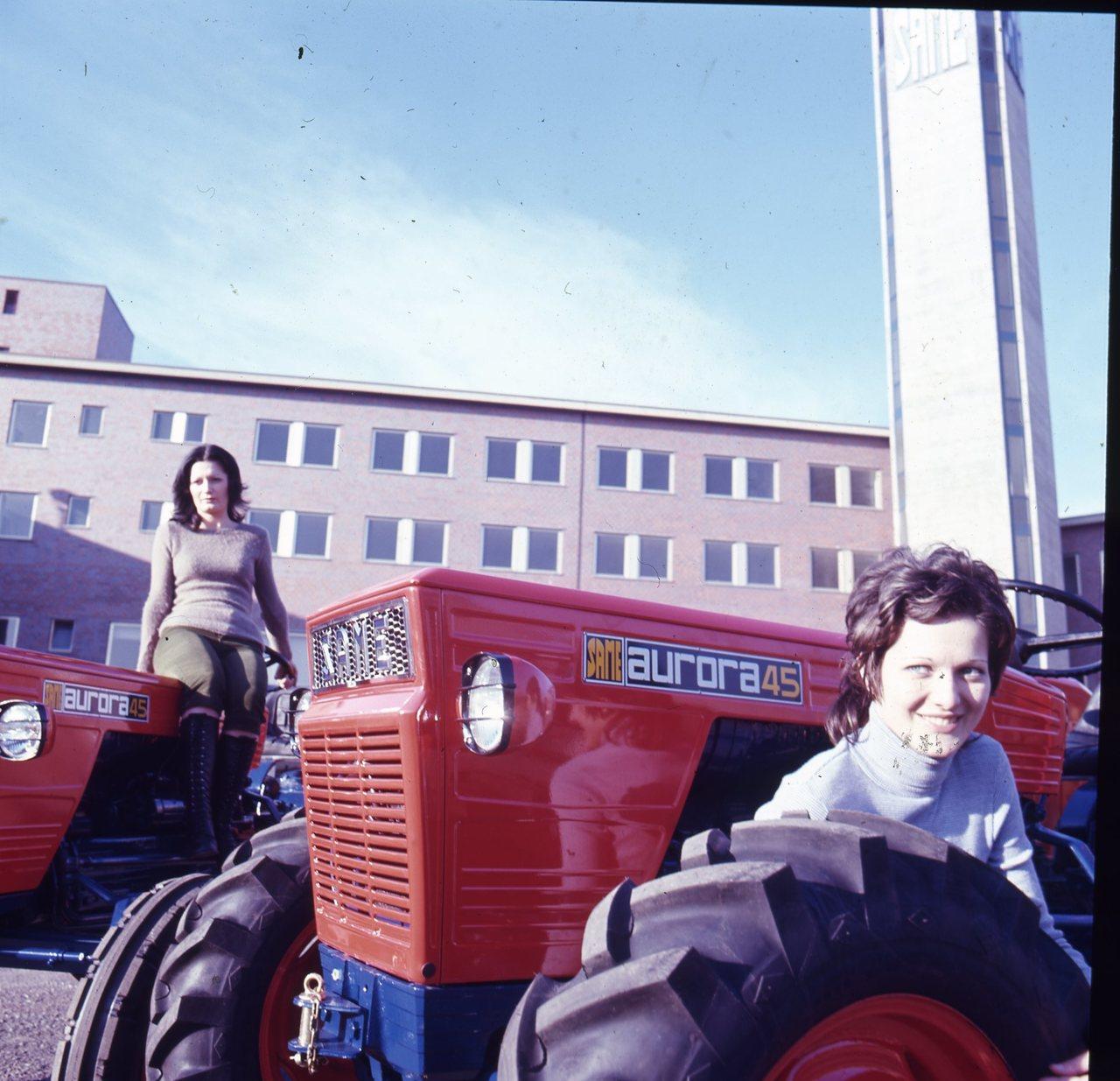 [SAME] Aurora 45 con ragazze - Treviglio, 20/11/1971