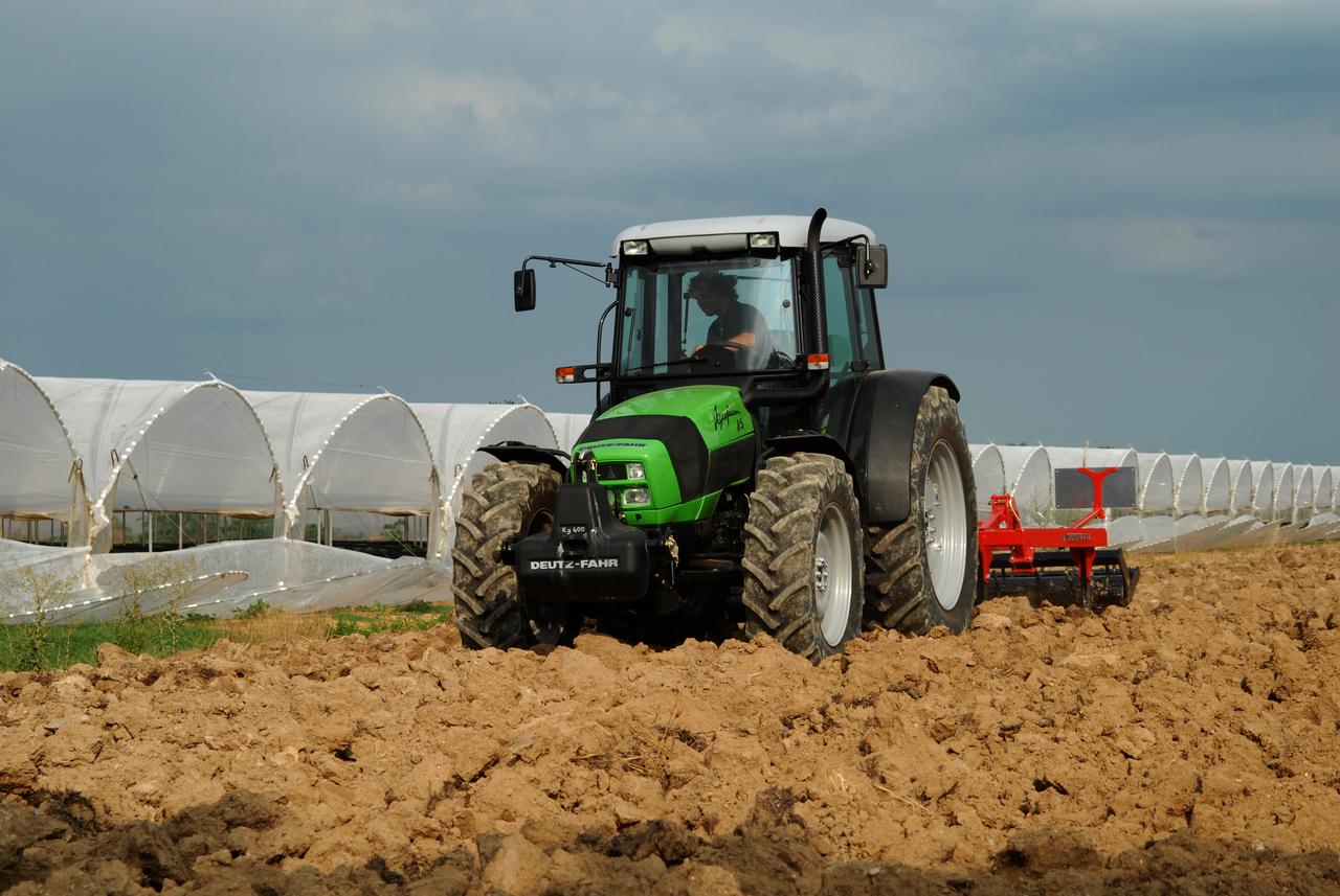 [Deutz-Fahr] trattore Agrofarm 85 al lavoro con ripuntatore, rotoimballatrice e pompa idrica