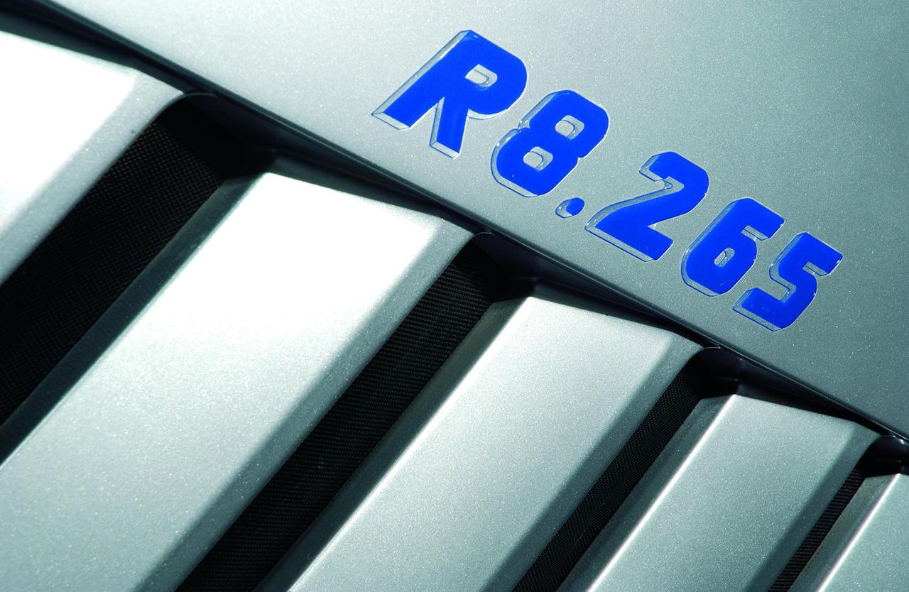 [Lamborghini] trattore R8.265 al lavoro con erpice e particolari fotografati in studio fotografico