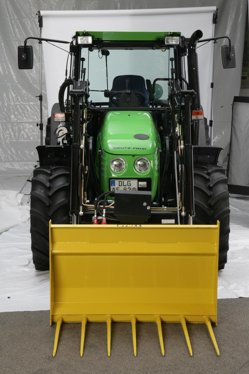 [Deutz-Fahr] trattore Agroplus 67 con caricatore frontale in studio fotografico e dettaglio cabina