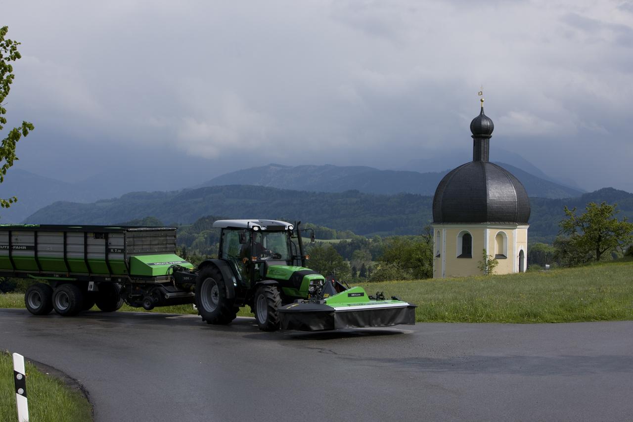 [Deutz-Fahr] trattore Agroplus 410 con barra falciante e rimorchio presso Wilparting