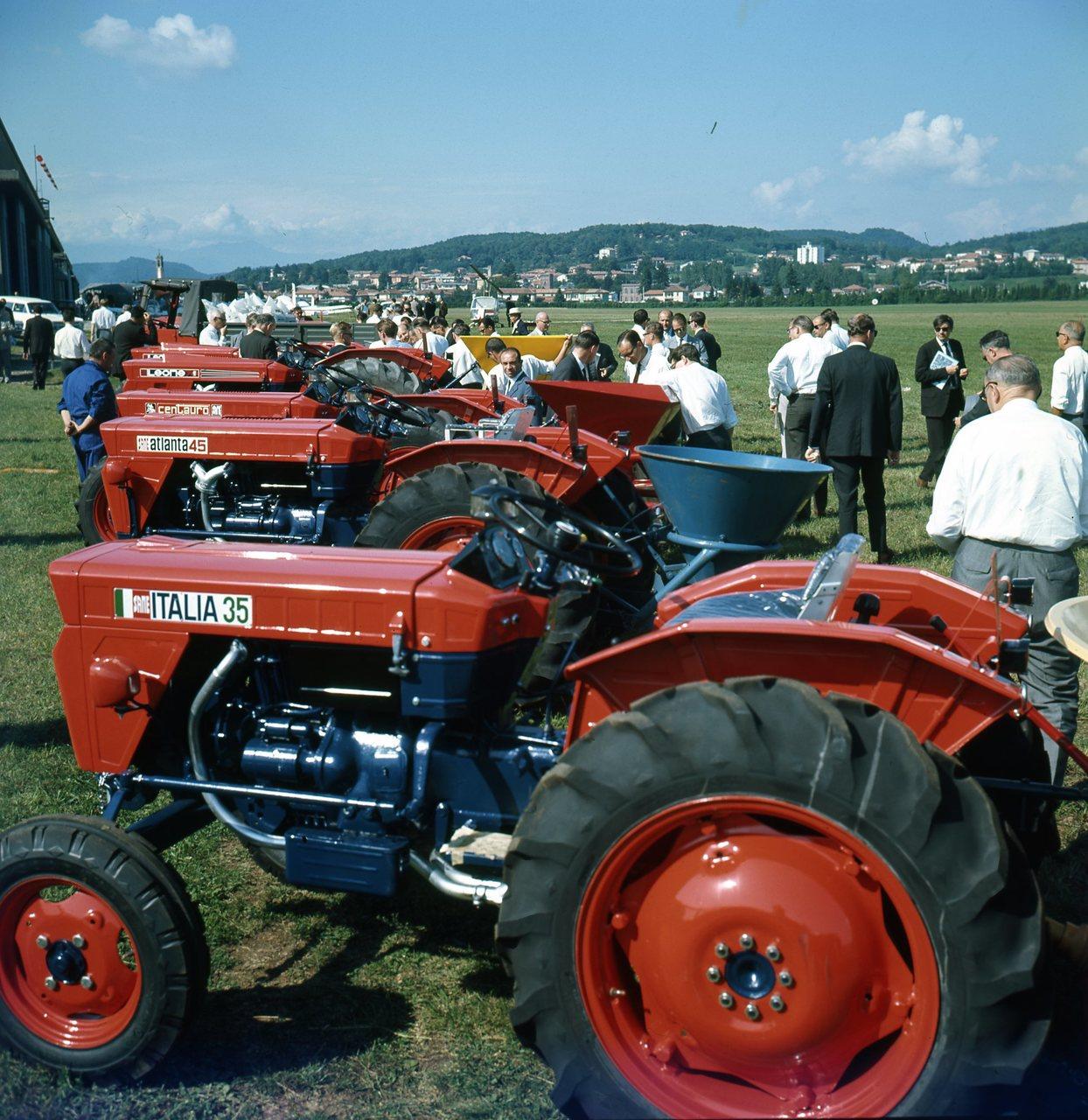 Veduta panoramica della manifestazione per la concimazione dei terreni presso lo stabilimento Siay - Marchetti (Vergiate - Varese), 6/9/67