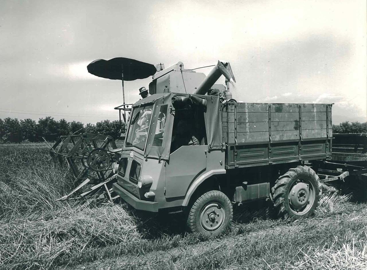 Samecar Agricolo durante il caricamento di frumento da una mietitrebbiatrice