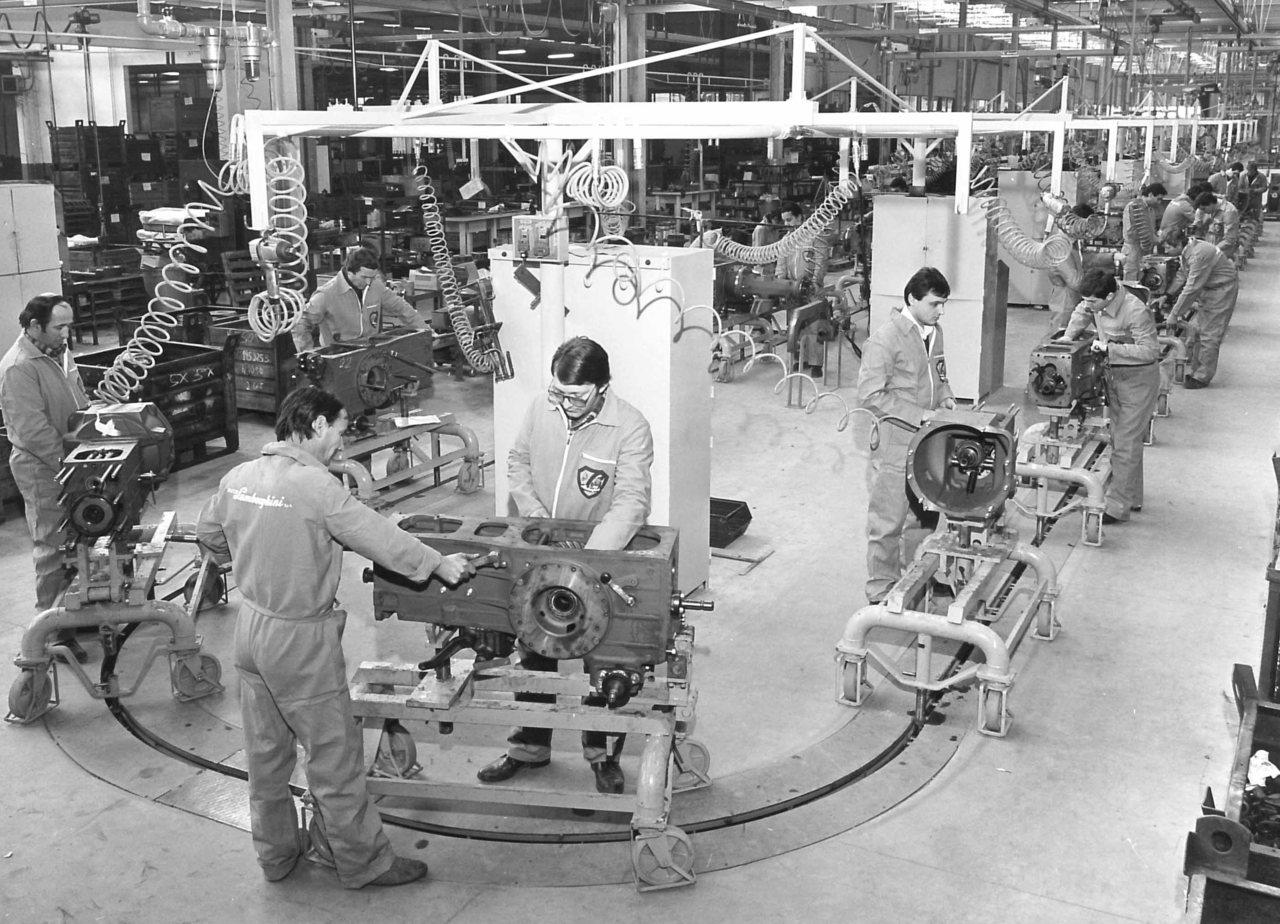 Stabilimento Lamborghini - Linea di montaggio della scatola cambio