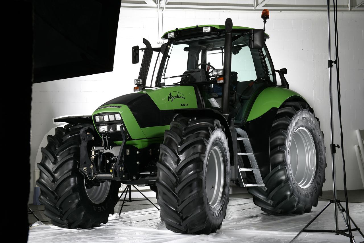 [Deutz-Fahr] trattore Agrotron 180.7 in studio fotografico