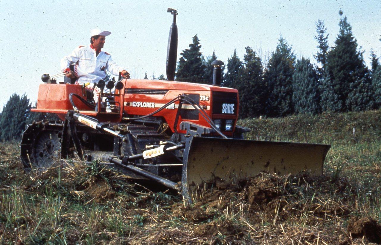 [SAME] trattore Explorer 75 C al lavoro con benna e atomizzatore