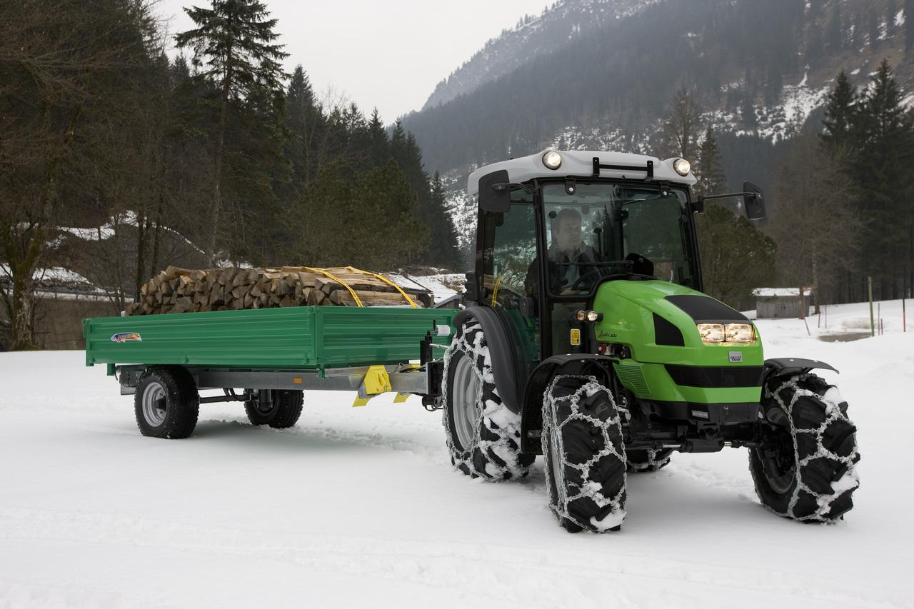 [Deutz-Fahr] trattore Agrokid 230 con rimorchio carico di legna presso Bruck