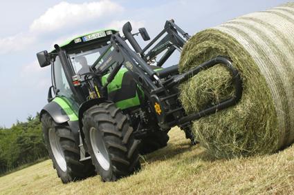 [Deutz-Fahr] trattore Agrotron 210 al lavoro con caricatore frontale
