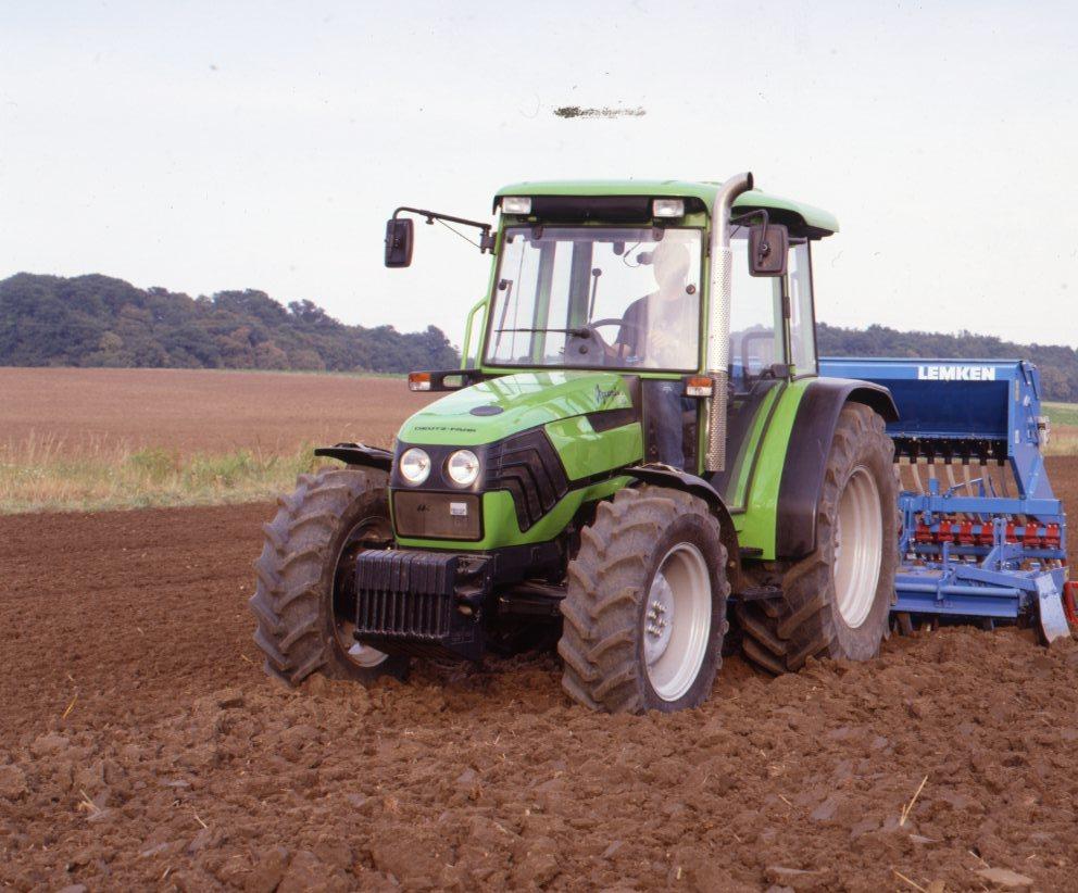 [Deutz-Fahr] trattore Agroplus 70 al lavoro con seminatrice