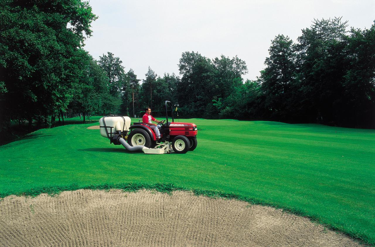 [SAME] trattore Solaris 55 durante lavori di giardinaggio in un campo da golf