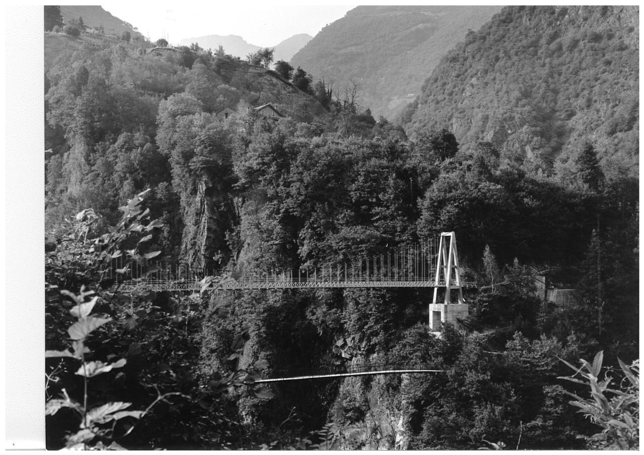 Trattore SAME Sametto V sul ponte sospeso in Valle Cannobina
