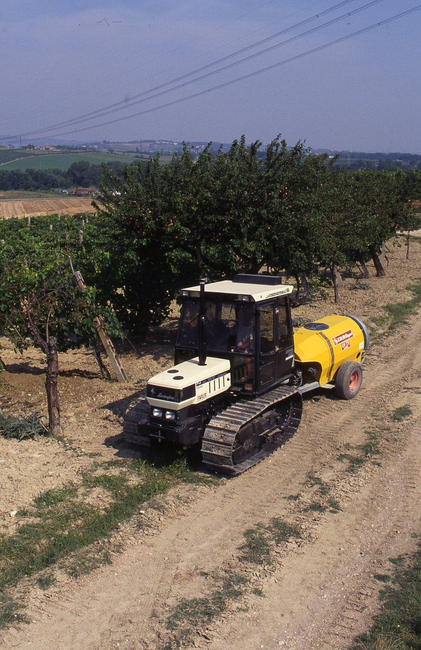[Lamborghini] trattori C 774-80 e 874-90 al lavoro in vigneto