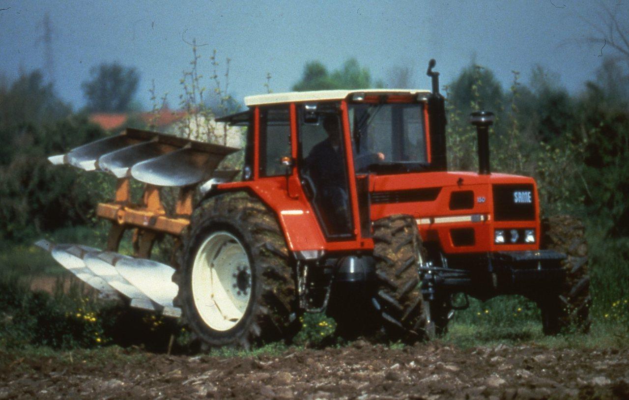 [SAME] trattore Laser 150 in movimento con aratro sollevato