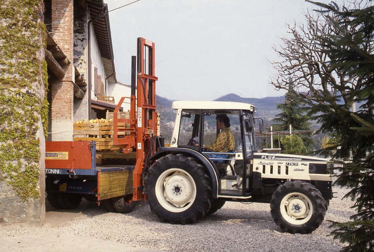 [Lamborghini] trattore 775-F Plus al lavoro con caricatore frontale