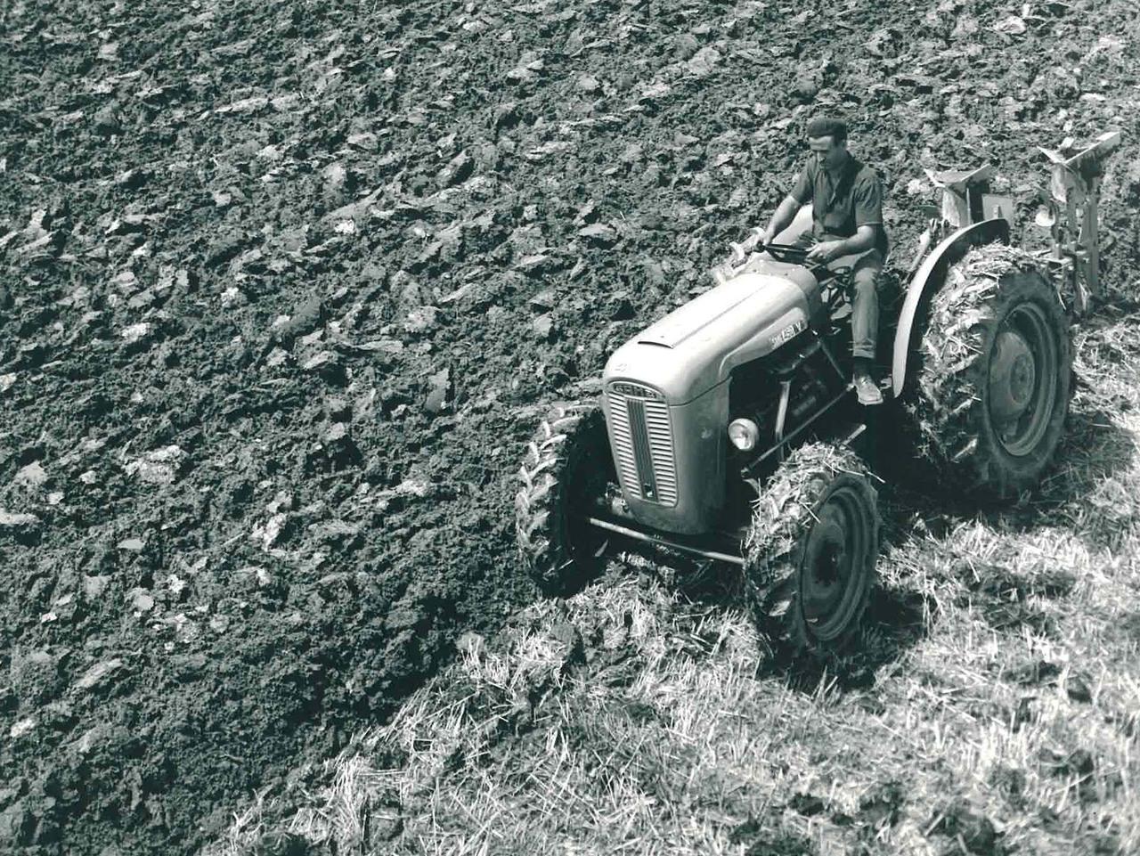 Trattore SAME 450 V a 4 ruote motrici con aratro