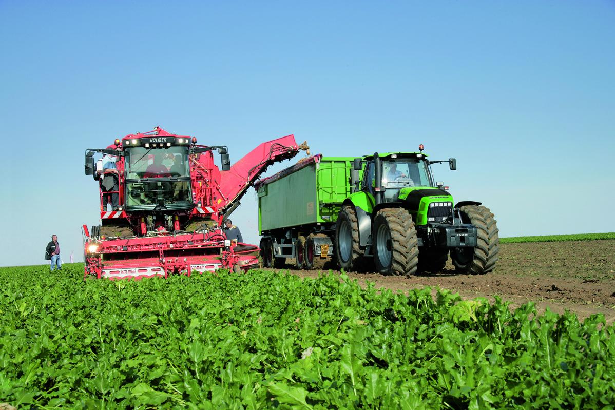[Deutz-Fahr] trattore Agrotron X 720 al lavoro con rimorchio durante la raccolta delle bietole