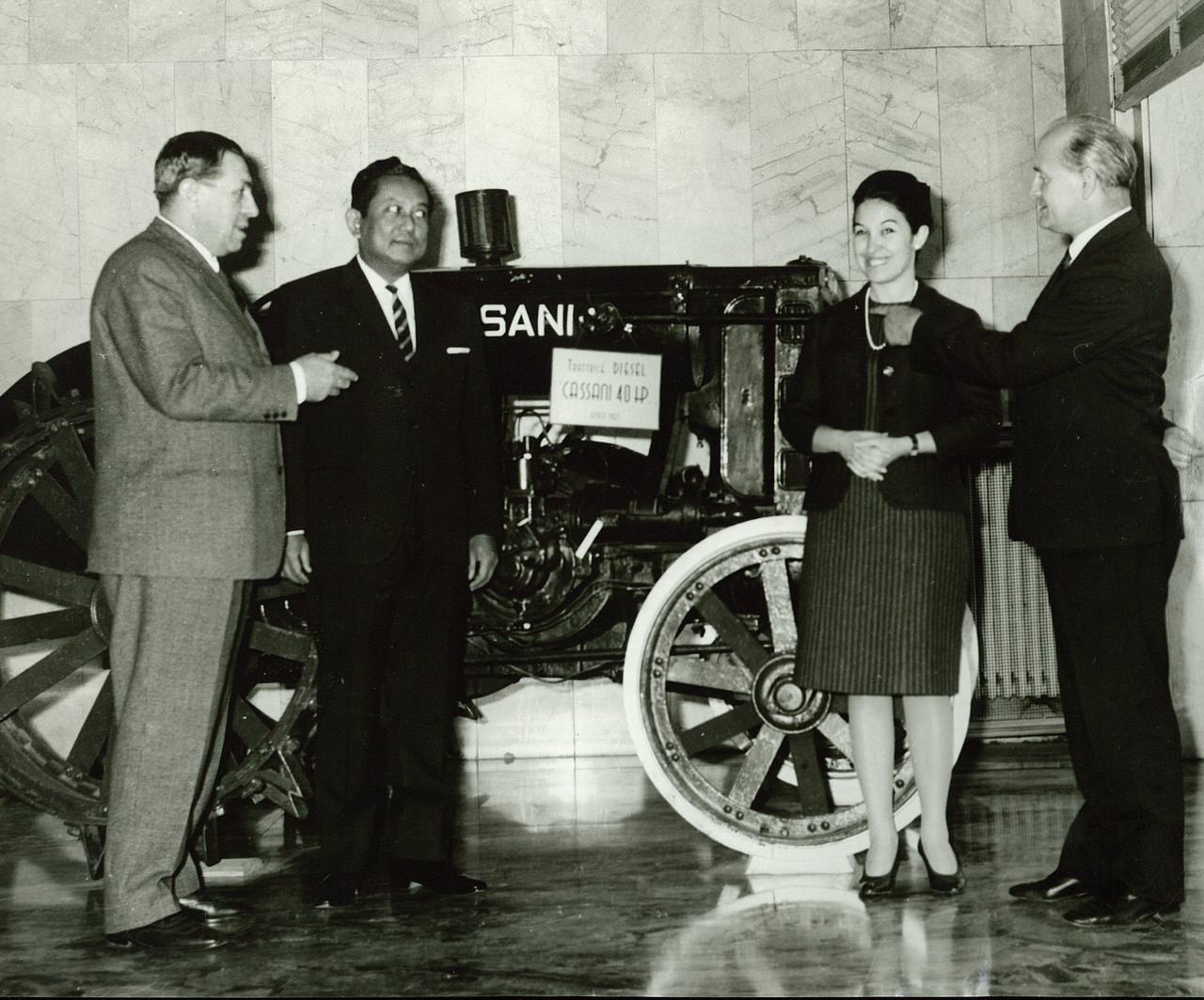 Ing. Francesco Cassani con una delegazione asiatica davanti alla Cassani 40 HP