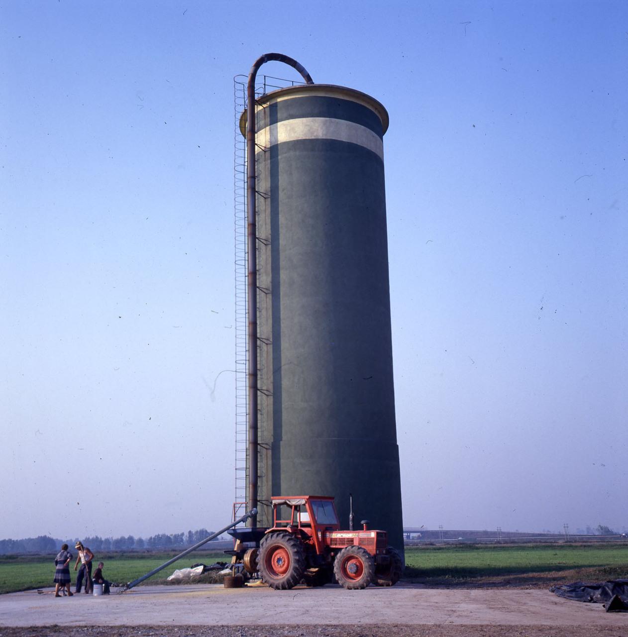 [SAME] trattore Drago 120 davanti a un silos