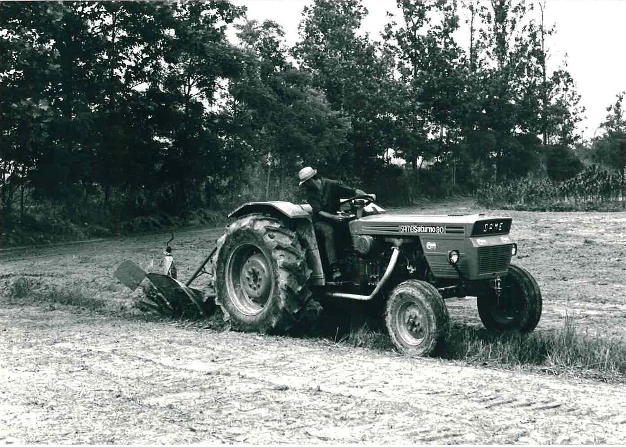 Trattore modello SATURNO 80 a 2 ruote motrici