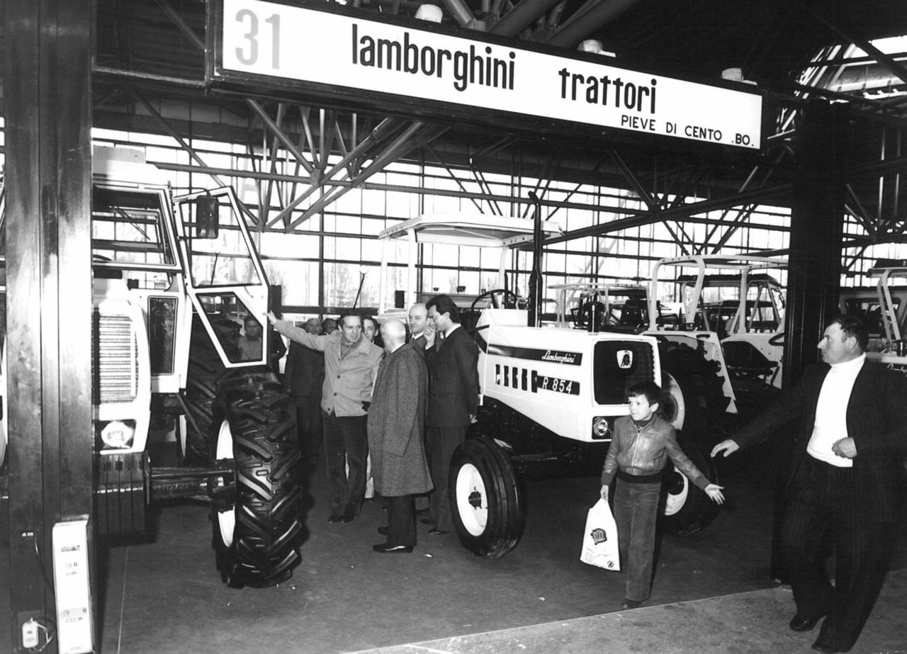 Visita del senatore Giuseppe Medici presso lo stand commerciale Lamborghini