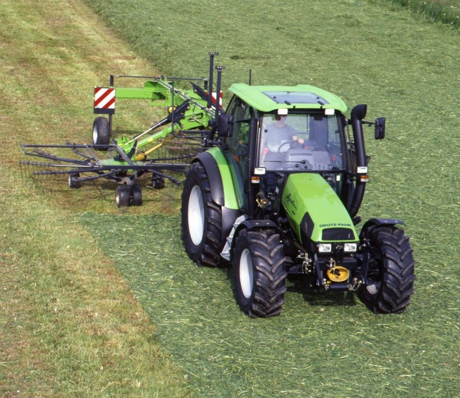 [Deutz-Fahr] trattore Agrotron 100 al lavoro con andanatore