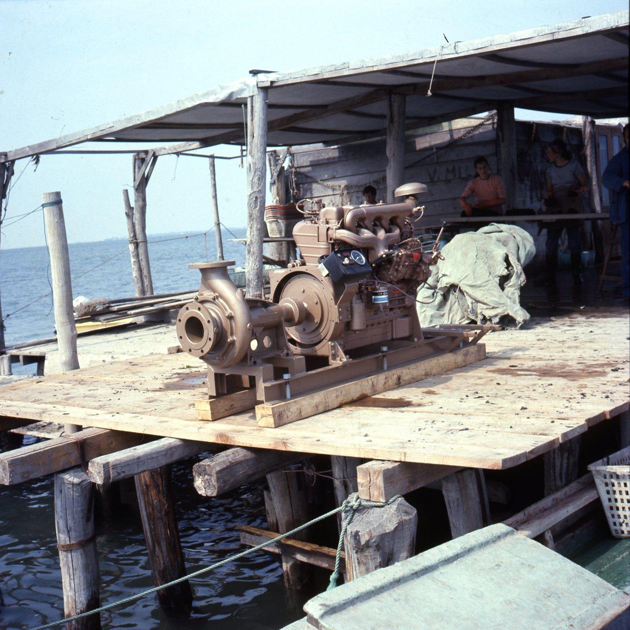 Motore ADIM a 4 cilindri per uso industriale su un molo