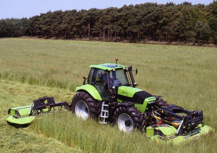 [Deutz-Fahr] trattore Agrotron 210 al lavoro con falciatrice