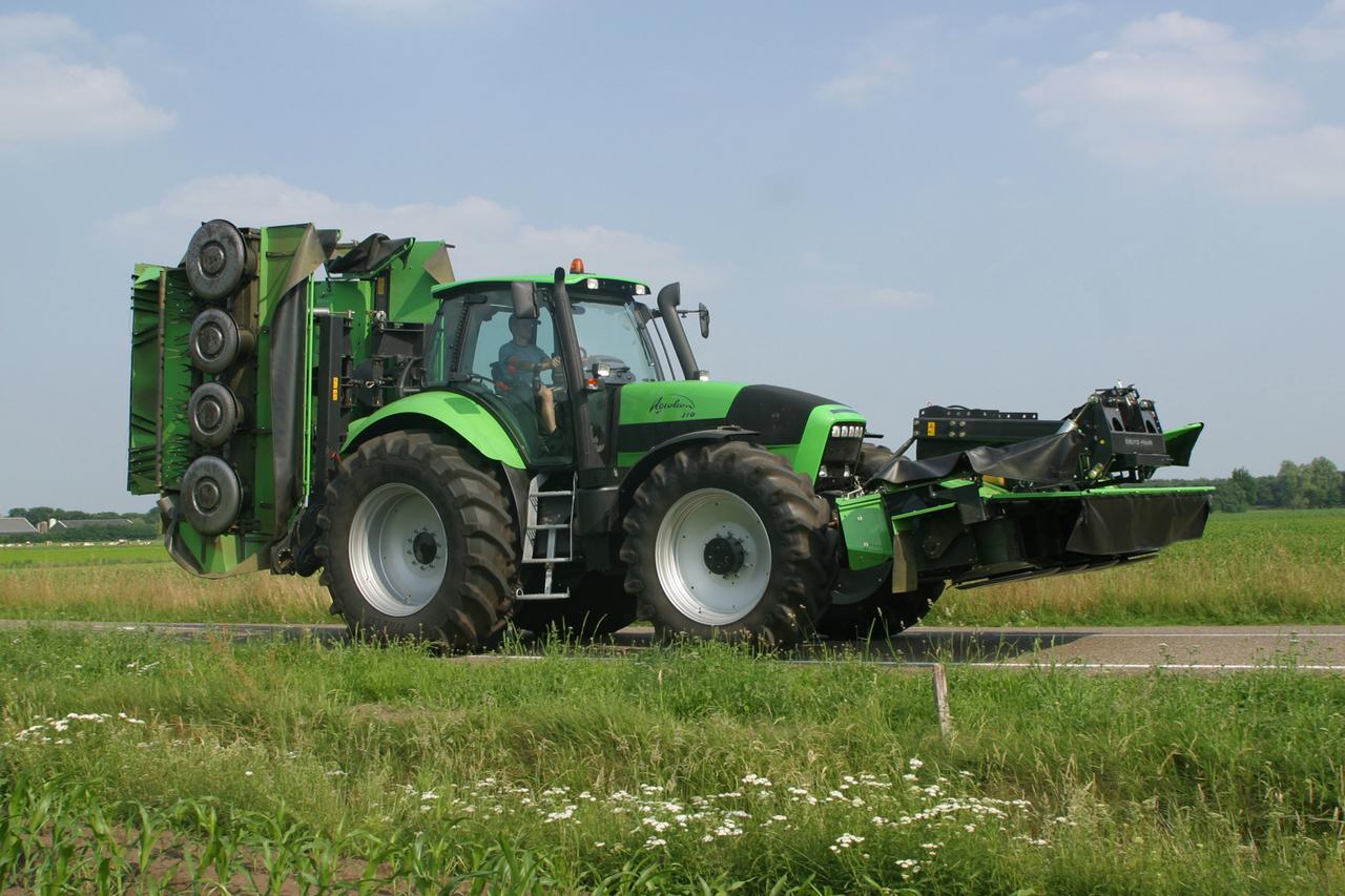 [Deutz-Fahr] trattore Agrotron 210 con barre falcianti in movimento su strada
