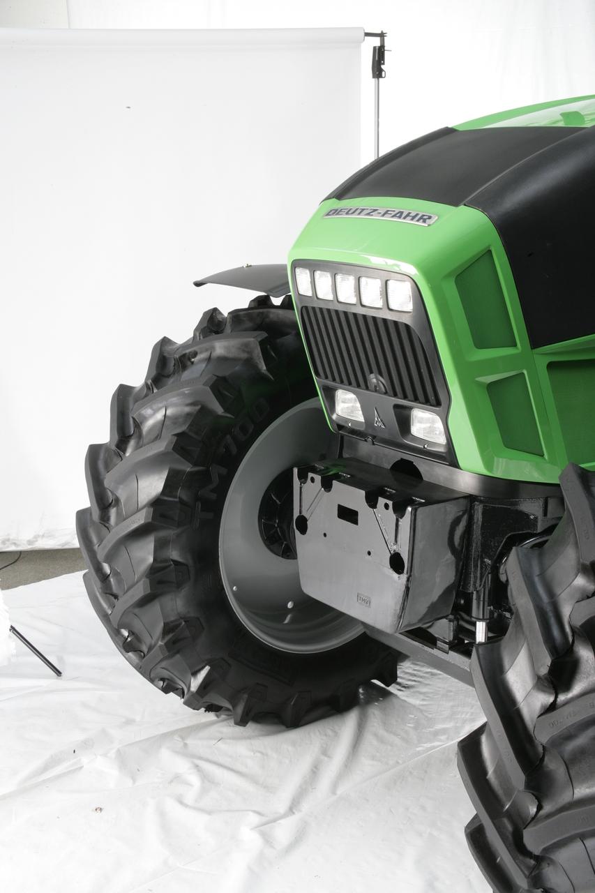 [Deutz-Fahr] trattore Agrotron X: dettaglio parte anteriore con e senza contrappeso