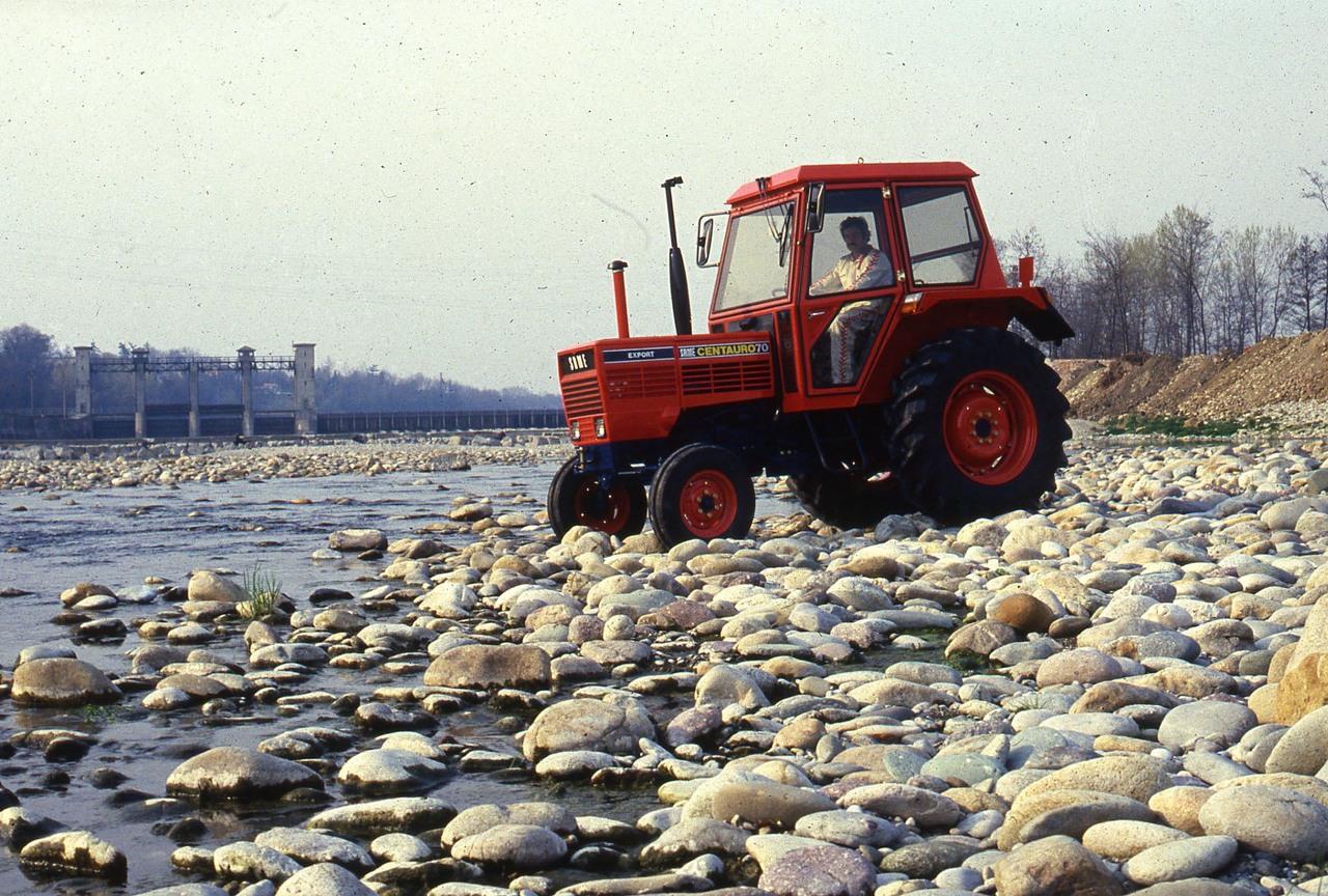 [SAME] trattore Centauro 70 Export sulla riva di un fiumiciattolo