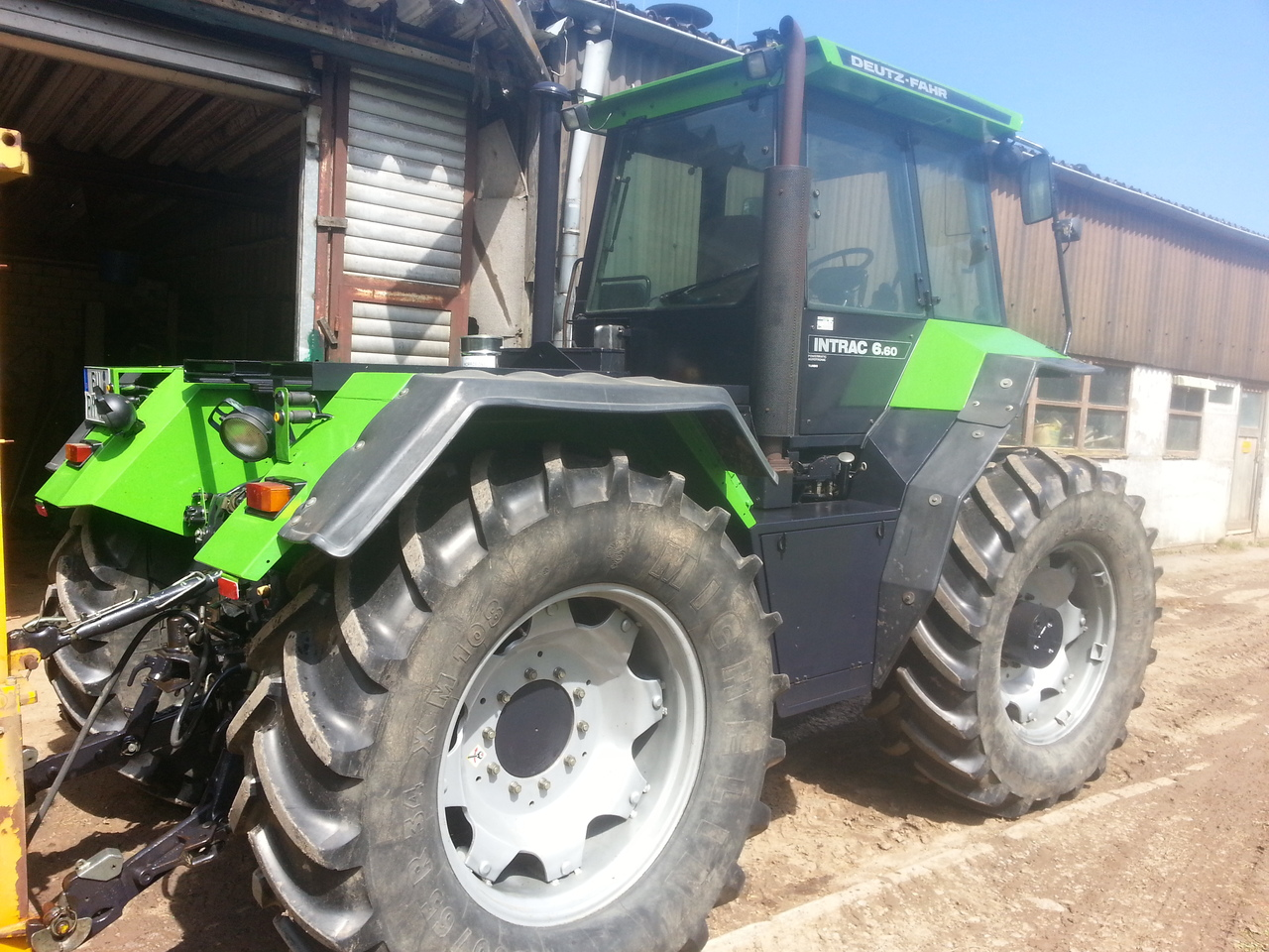 [Deutz-Fahr] trattore Intrac 6.60 Turbo all'interno di un'azienda agricola
