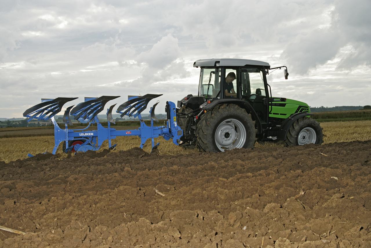 [Deutz-Fahr] trattore Agroplus 77 al lavoro con spandiconcime, aratro ed erpice