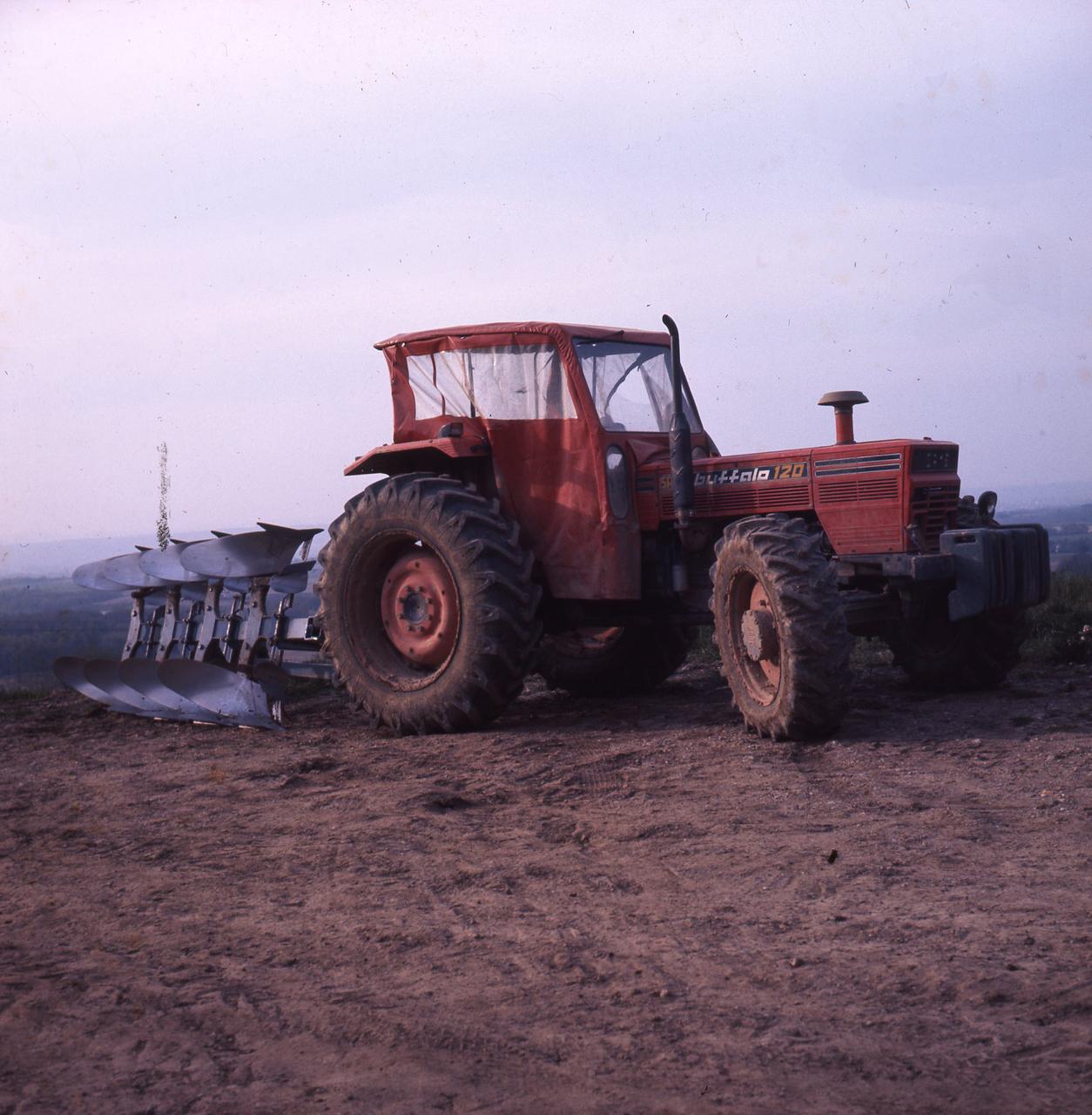 [SAME] trattore Buffalo 120 al lavoro con aratro