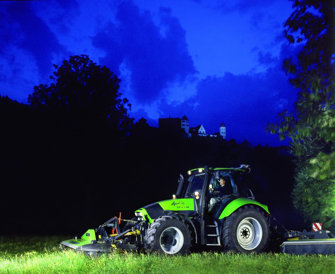[Deutz-Fahr] trattore Agrotron TTV 1160 al lavoro con barre falcianti