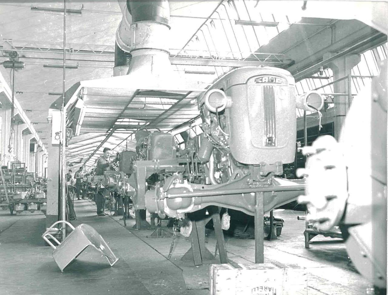Stabilimento Same - Operai al lavoro alla catena di montaggio trattori