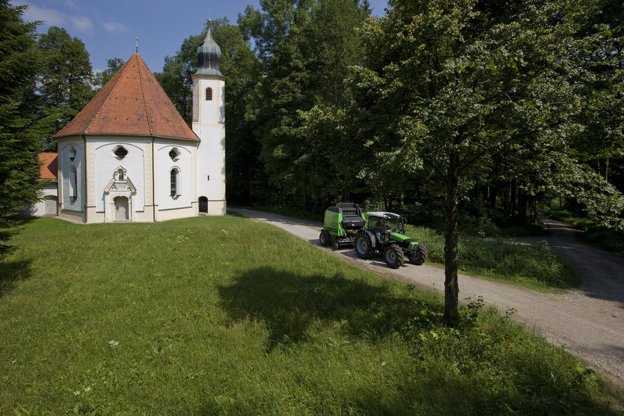 [Deutz-Fahr] trattore Agrofarm TTV 430 con rotopressa presso Dietramszell