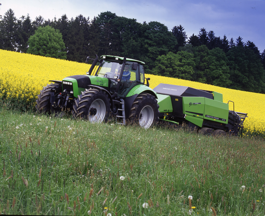 [Deutz-Fahr] trattore Agrotron al lavoro con pressa quadrata GP 121