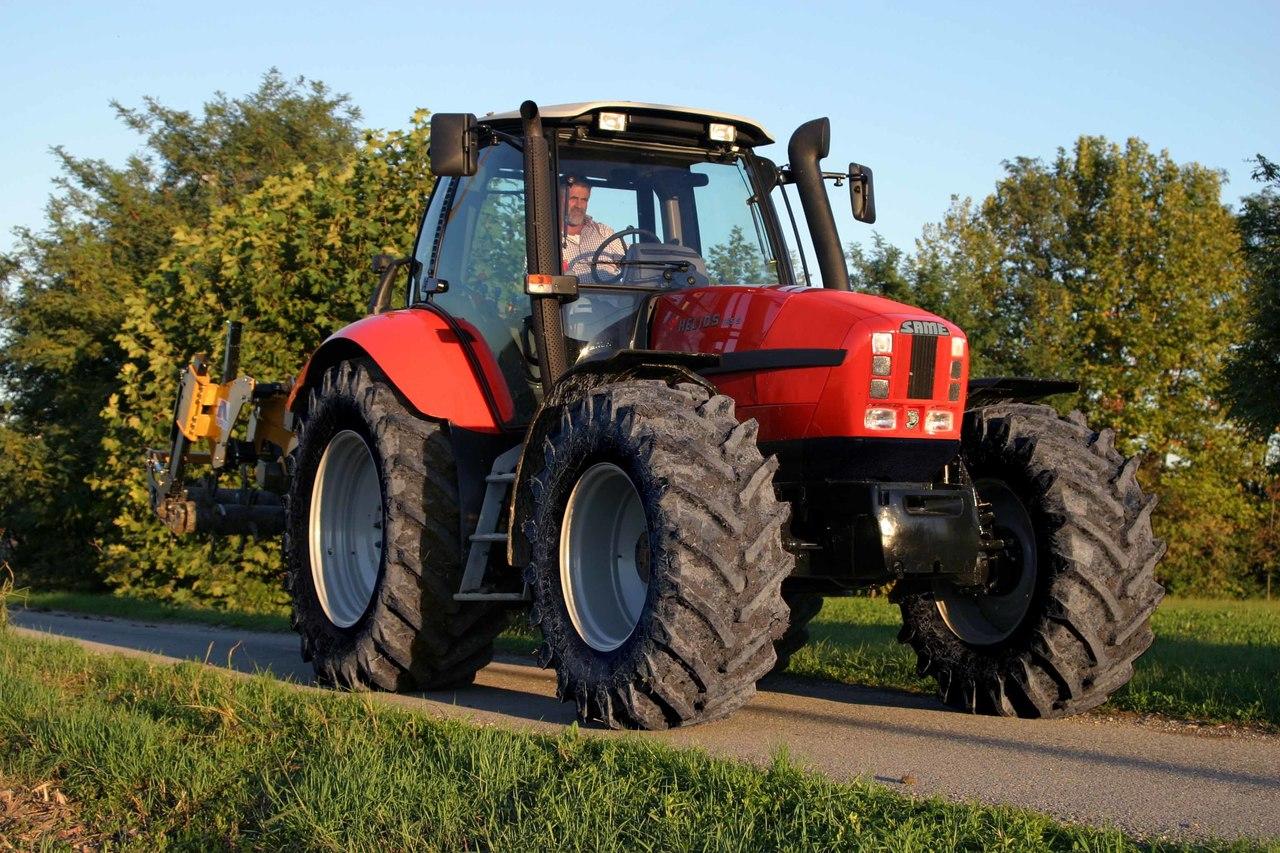 [SAME] trattore Helios al lavoro con varie attrezzature agricole